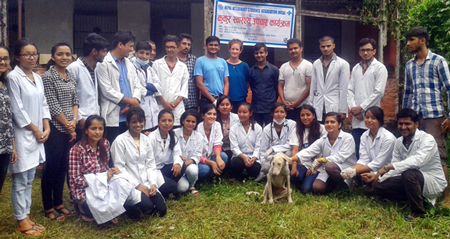 Michelle Connolly, HART vet Dr Sanjiv Pandit and the 7th Semester veterinary students at the AFU